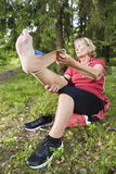 Mulher superior que trata a lesão no calcanhar Fotografia de Stock Royalty Free