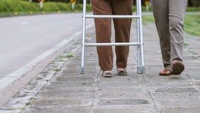 Mulher superior que usa um caminhante com auxílio video estoque