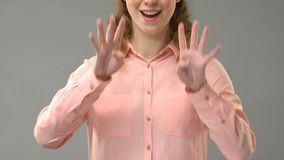 Mulher surda que diz hanukkah feliz na linguagem gestual, mostrando palavras no asl, lição video estoque