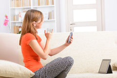 Mulher surda que usa a linguagem gestual no smartphone Fotos de Stock