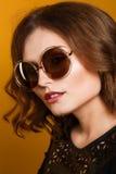 Mulher surpreendente na moda, óculos de sol espelhados, cabelo ondulado curto Foto de Stock