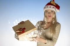 Mulher surpreendida com caixa de Natal Imagem de Stock