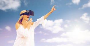 Mulher surpreendida em auriculares da realidade virtual imagem de stock