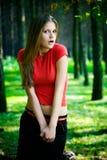 Mulher surpreendida em uma floresta imagens de stock