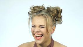 Mulher surpreendida engraçada do blondie que ri Conceito de emoções felizes Movimento lento video estoque