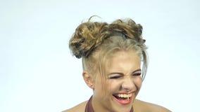 Mulher surpreendida engraçada do blondie que ri Conceito de emoções felizes Movimento lento filme