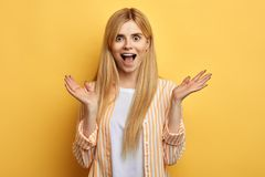 Mulher surpreendida entusiasmado impressionante loura com boca aberta que grita fotos de stock royalty free