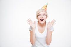 Mulher surpreendida feliz no chapéu do partido que olha a câmera Fotos de Stock