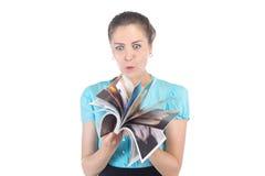 Mulher surpreendida foto que olha um compartimento fotografia de stock