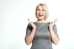 Mulher surpreendida no branco Enfrente a expressão, emoções, sentindo a reação da atitude Foto de Stock Royalty Free