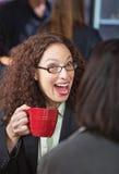 Mulher surpreendida no café imagens de stock