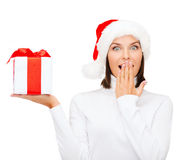 Mulher surpreendida no chapéu do ajudante de Santa com caixa de presente Foto de Stock Royalty Free