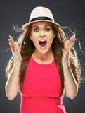 Mulher surpreendida no retrato vermelho do estúdio do vestido Fotografia de Stock