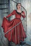 Mulher surpreendida no vestido medieval na escadaria Fotografia de Stock Royalty Free