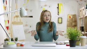 Mulher surpreendida nova pela tabela video estoque