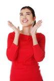 Mulher surpreendida nova que olha acima Fotografia de Stock