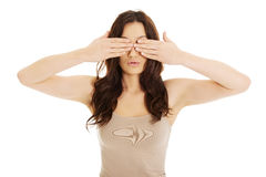 Mulher surpreendida que cobre seus olhos Imagem de Stock Royalty Free