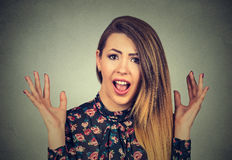 Mulher surpreendida que grita A senhora chocada com sua boca abriu os braços de mãos acima no ar Imagens de Stock