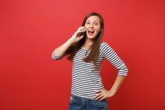 Mulher surpreendida que mantém a boca largamente aberta, olhando surpreendido, falando no telefone celular, conversação agradável imagem de stock royalty free
