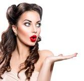 Mulher surpreendida que mostra o espaço vazio da cópia Fotos de Stock Royalty Free