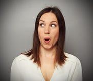 Mulher surpreendida que olha algo Fotografia de Stock Royalty Free