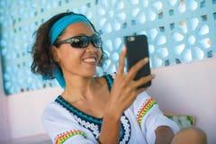 Mulher tailandesa asiática do sudeste feliz e atrativa nova que toma o retrato da foto do selfie com o levantamento da câmera do  imagens de stock royalty free