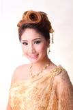 Mulher tailandesa bonita do retrato no traje tradicional tailandês Fotos de Stock Royalty Free