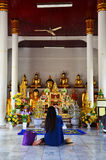 Mulher tailandesa do retrato em Wat Phra Borommathat Chaiya Temple Fotografia de Stock