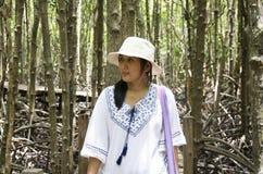 Mulher tailandesa do viajante que anda na ponte de madeira na floresta dos manguezais Imagens de Stock Royalty Free