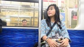 A mulher tailandesa do viajante que senta-se no trem da cidade do Tóquio vai à cidade de Saitama video estoque