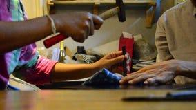 Mulher tailandesa e homem tailandês que fazem o couro feito a mão video estoque