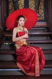 Mulher tailandesa no traje tradicional Fotos de Stock