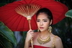 Mulher tailandesa no traje tradicional Fotografia de Stock Royalty Free