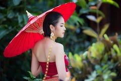 Mulher tailandesa no traje tradicional Fotografia de Stock
