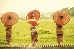 Mulher tailandesa no traje tradicional com o st tailandês da cultura do guarda-chuva Fotos de Stock