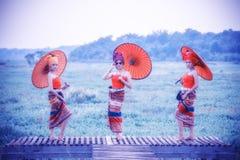 Mulher tailandesa no traje tradicional com o st tailandês da cultura do guarda-chuva Imagem de Stock