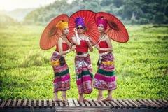 Mulher tailandesa no traje tradicional com o st tailandês da cultura do guarda-chuva fotografia de stock royalty free