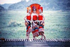 Mulher tailandesa no traje tradicional com o st tailandês da cultura do guarda-chuva Imagens de Stock