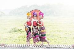 Mulher tailandesa no traje tradicional com o st tailandês da cultura do guarda-chuva Fotos de Stock Royalty Free
