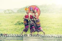 Mulher tailandesa no traje tradicional com o st tailandês da cultura do guarda-chuva Foto de Stock Royalty Free