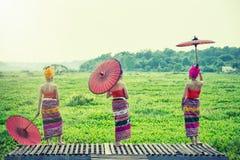 Mulher tailandesa no traje tradicional com o st tailandês da cultura do guarda-chuva foto de stock