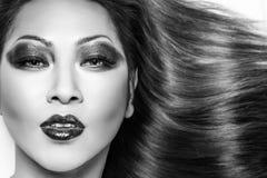 Mulher tailandesa nova bonita com cabelo reto elegante longo imagens de stock royalty free