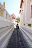 Mulher tailandesa que anda em Wat Bowonniwet Vihara, ou em Wat Bowon Imagem de Stock