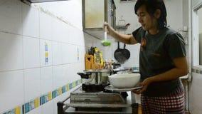 Mulher tailandesa que cozinha a sopa suave com coalho dos vegetais, da carne de porco e de feijão vídeos de arquivo