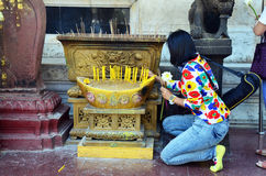 Mulher tailandesa que reza em Wat Bowonniwet Vihara, ou em Wat Bowon Imagens de Stock Royalty Free