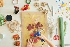 Mulher talentoso concentrada em trabalhos criativos imagens de stock royalty free