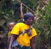 Mulher tanzaniana com uma criança Fotos de Stock