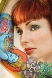 Mulher tattooed atrativa. Foto de Stock
