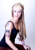 Mulher Tattooed nova assentada Fotografia de Stock Royalty Free