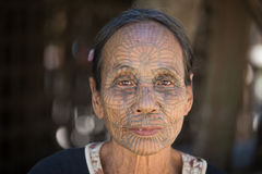 Mulher tattooed tribo de Chin do retrato Mrauk U, Myanmar fotografia de stock royalty free